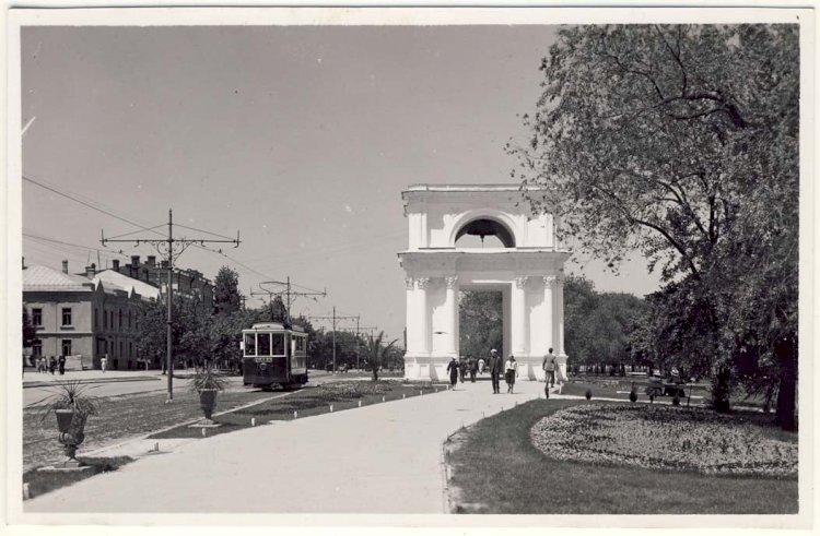 Porțile Sfinte (Arcul de Triumf). Imagine din perioada interbelică.